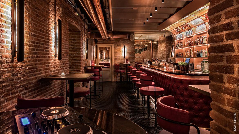 Bestuhlung, Restaurantstühle und Wandbespannung aus skai Kunstleder im Restaurant El Clásico, Madrid