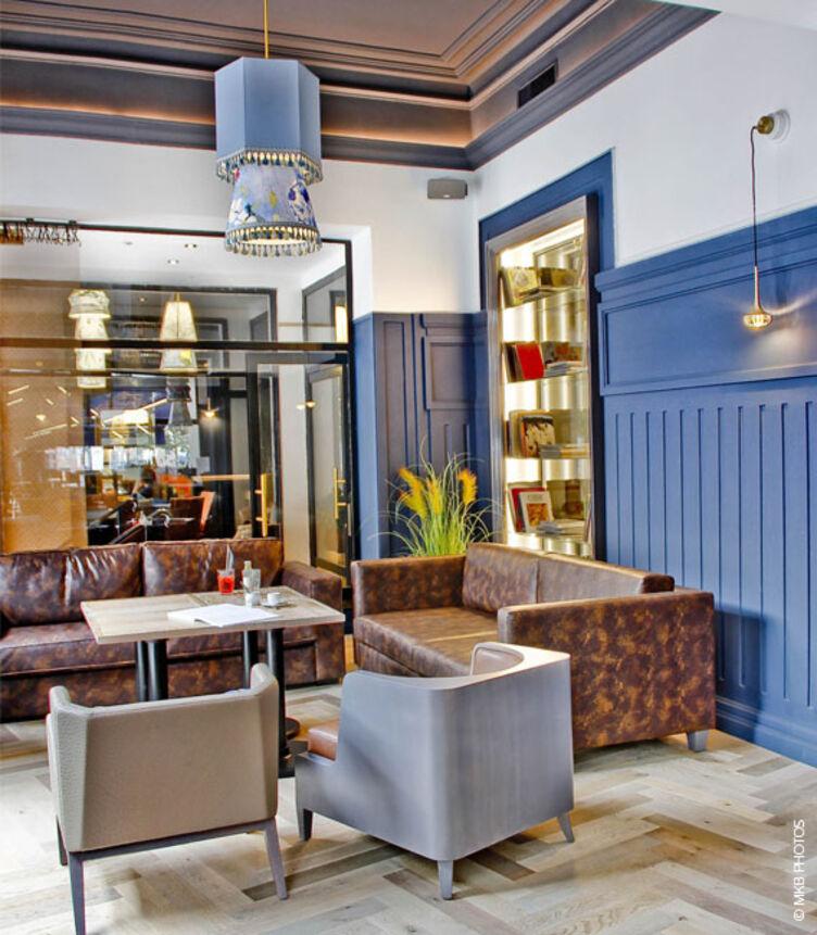Sofa bepolstert mit Kunstleder skai Aythana N brandy im Restaurant Continental Hôtel, Reims