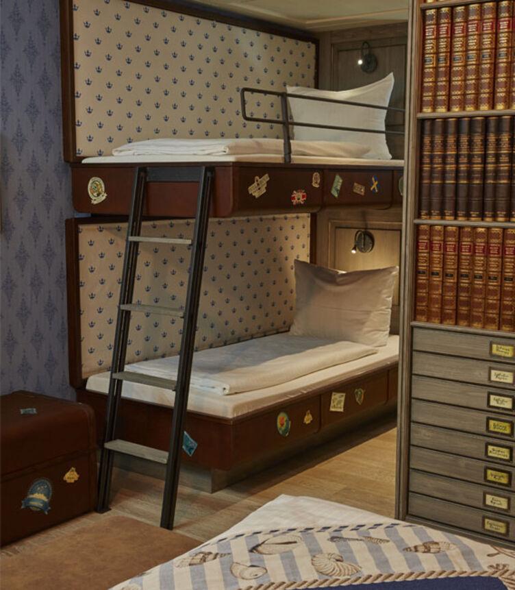 Bettkasten und Bettkopfteile mit Kunstleder skai Pavinto tabacco im Europapark Hotel Krønasår - The Museum Hotel