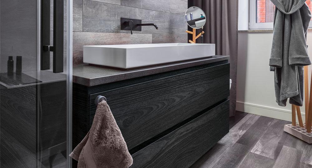 skai Möbelfolie in schwarz & anthrazit in Badezimmer an Regalfront