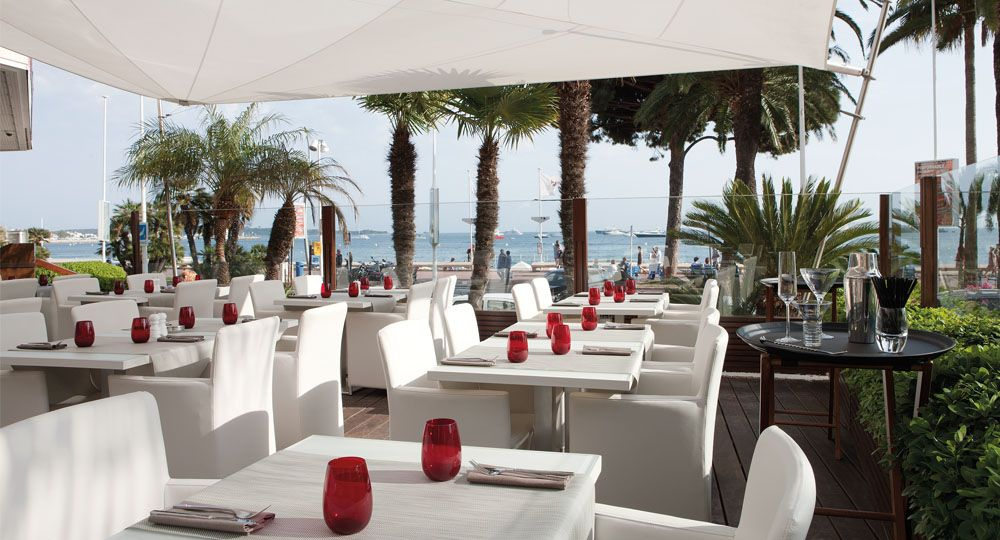 skai® Artificial leather in white and light beige in the gastronomy